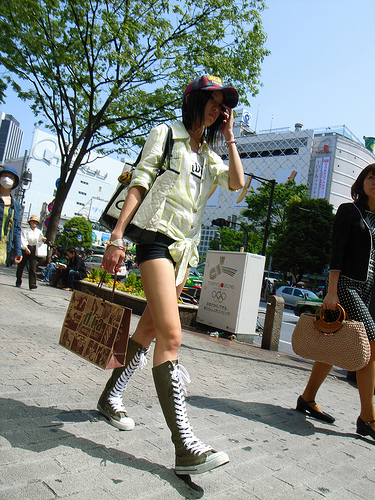 Une fille chic marchant à Shibuya.