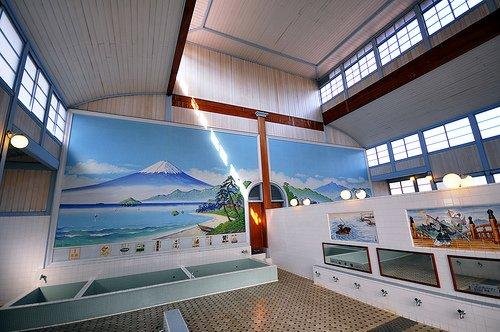 Un sento traditionnel de Tokyo. Les baigneurs se lavent aux robinets devant les miroirs, avant de pénétrer dans les bains (au fond). Le mur de droite sépare hommes et femmes.