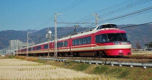 Sur le réseau Odakyu, un train «Romance Car» en partance de Shinjuku, où les passagers peuvent s'asseoir à l'avant du train, alors que le chauffeur est juste au-dessus d'eux.