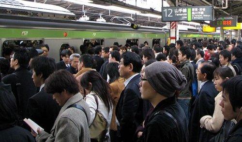 Usagers du petit matin espérant trouver une place dans des trains déjà bondés.