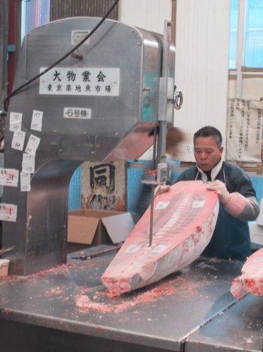 La découpe du poisson à une échelle industrielle.