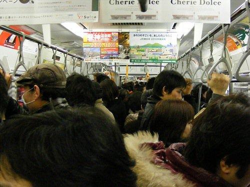 Pour les standards de Tokyo, ce train est modérément rempli.
