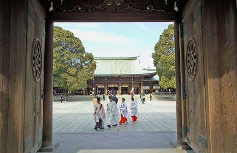 Des prêtres et des religieuses du Meiji Jingu.