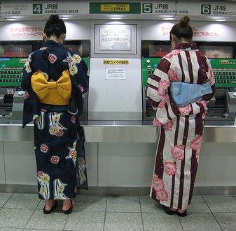 En été, les jeunes tokyoïtes portent souvent le yukata (kimono léger), comme ces deux femmes qui achètent leurs tickets dans la gare de Shinjuku.