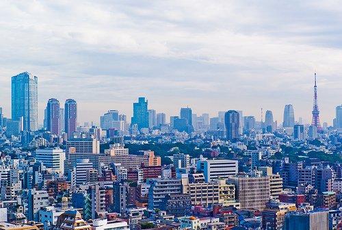 Le centre de Tokyo avec, à droite, la Tour de Tokyo (jusqu'en 2010 le plus haut monument de Tokyo), et la Tour Mori des collines de Roppongi, à l'extrême gauche.